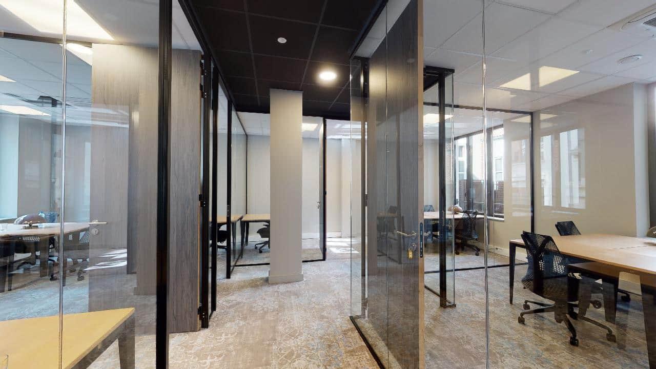 Espace de coworking à Lille avec salle de réunion et séminaires, location de bureaux, domiciliation, café coworking. Espace de télétravail